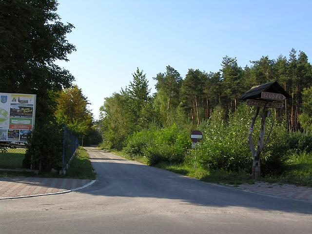 Wejście na czerwony szlak przy Zespole szkół w Suścu